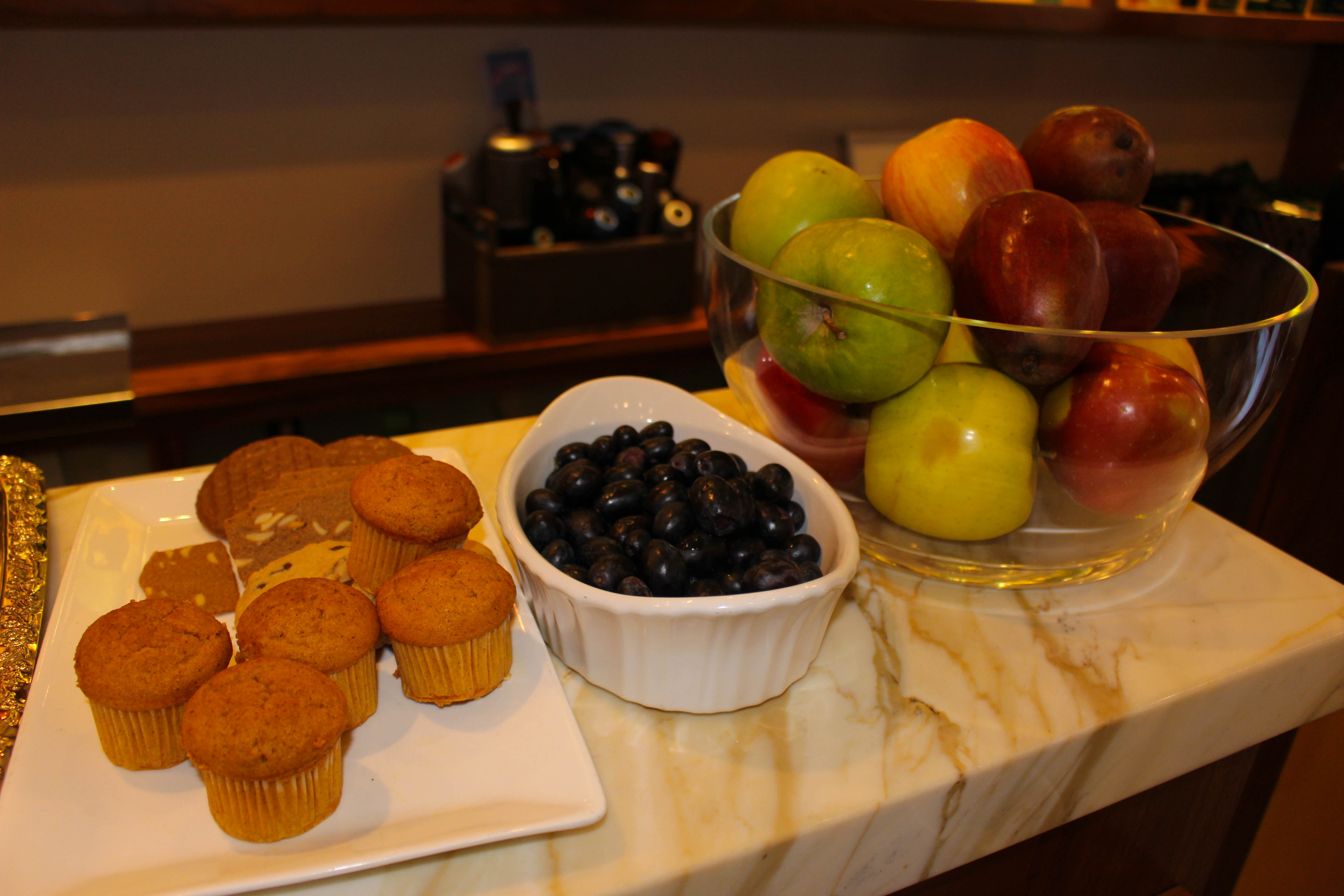 Salon Acote muffins and fruit